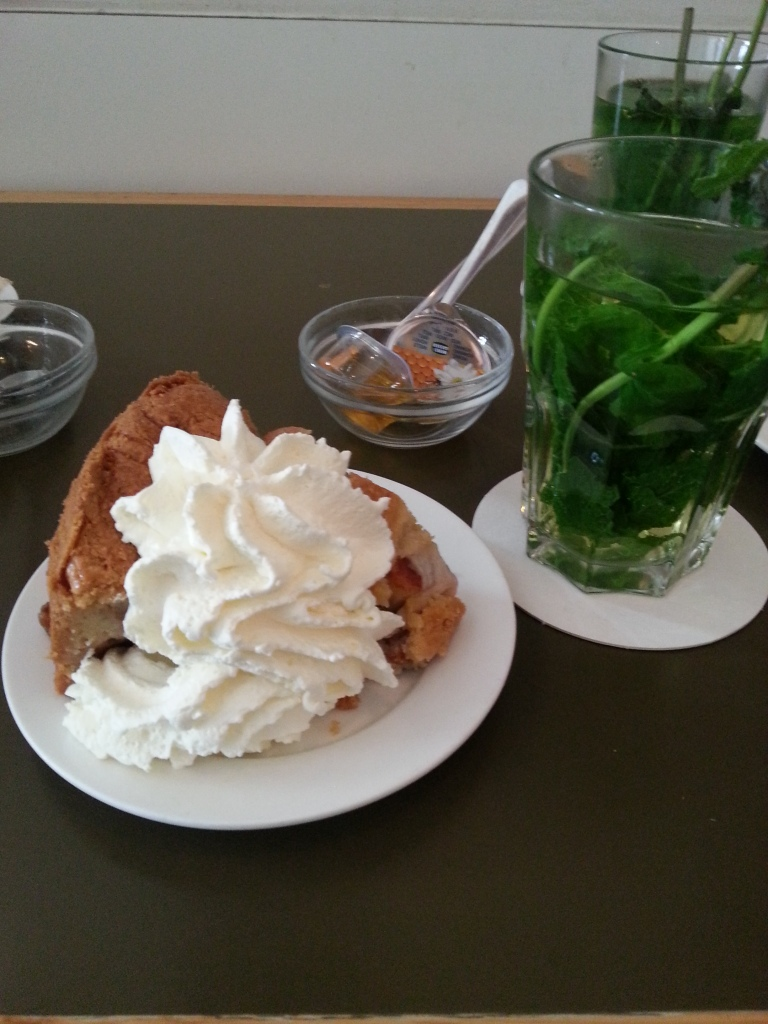 The famous Winkel apple pie & fresh mint tea - next to the Doe maar Noordermarkt